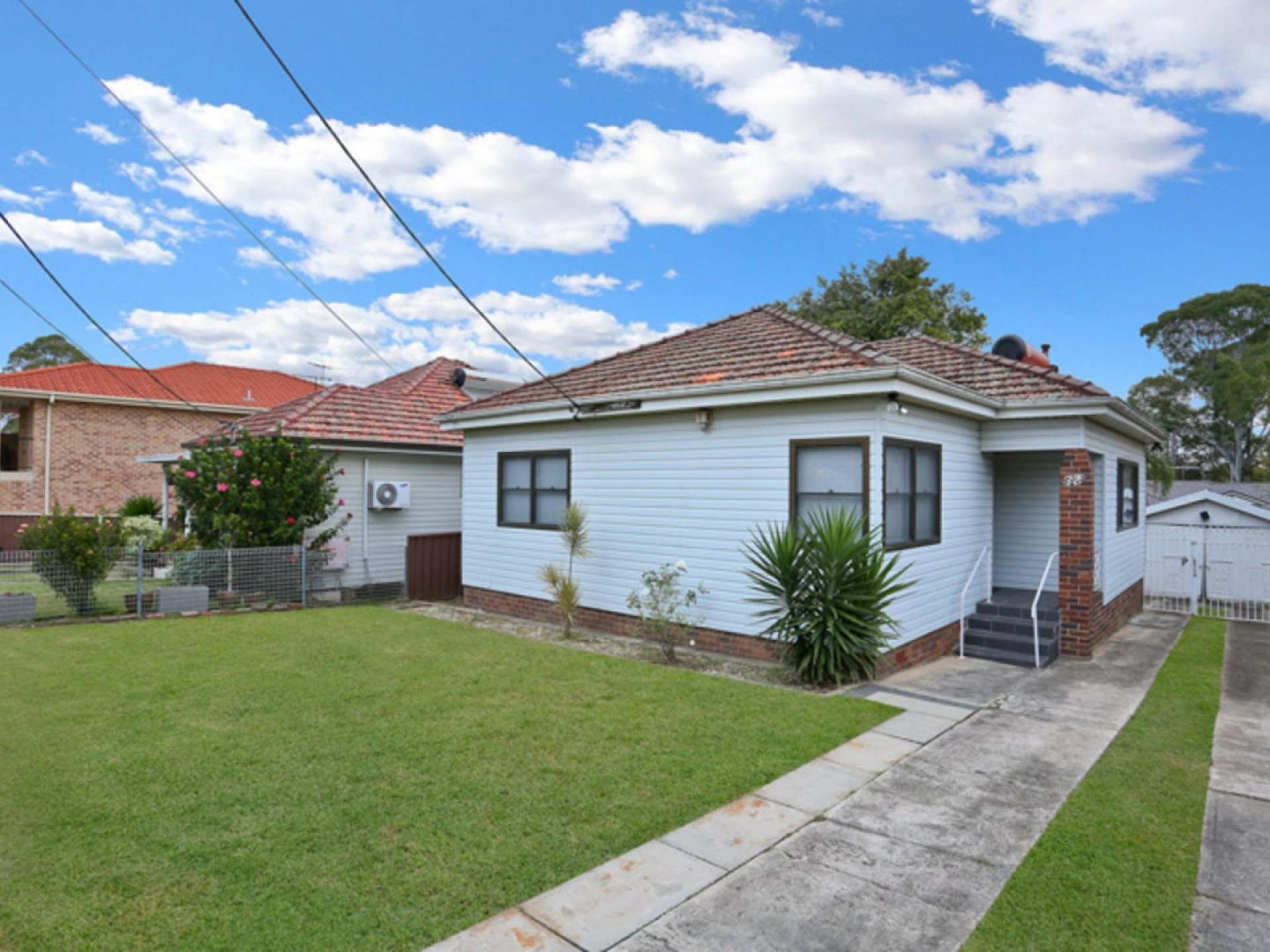 Cozy 3 Bedroom Family Home in a Peaceful Suburb!!